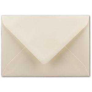 Umschlag B6, Farbe: vanille, Grammatur: 120 g/m², spitze Klappe, Naßklebung