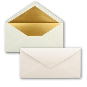 Briefumschlag DL, Farbe: naturweiß, Grammatur: 120 g/m², spitze Klappe, Naßklebung, Seidenfutter: gold